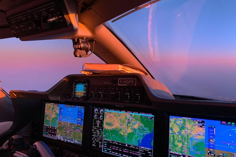 cockpit-phenom-300e-coucher-de-soleil
